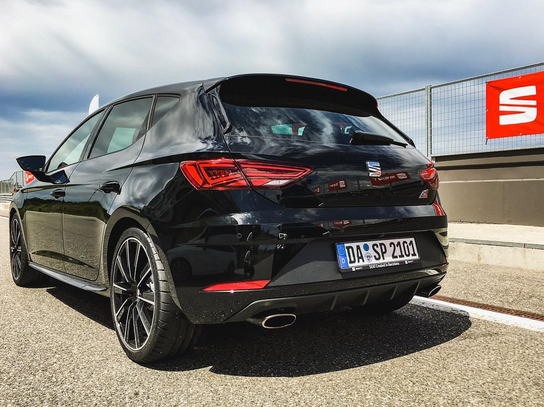 Took this Cupra 300 for some hot laps on the racetrack😈 @seat_de @seat_official #leoncupra #cupra300 #atecafr #seatleoncupra #racing #automannracing #automanntv