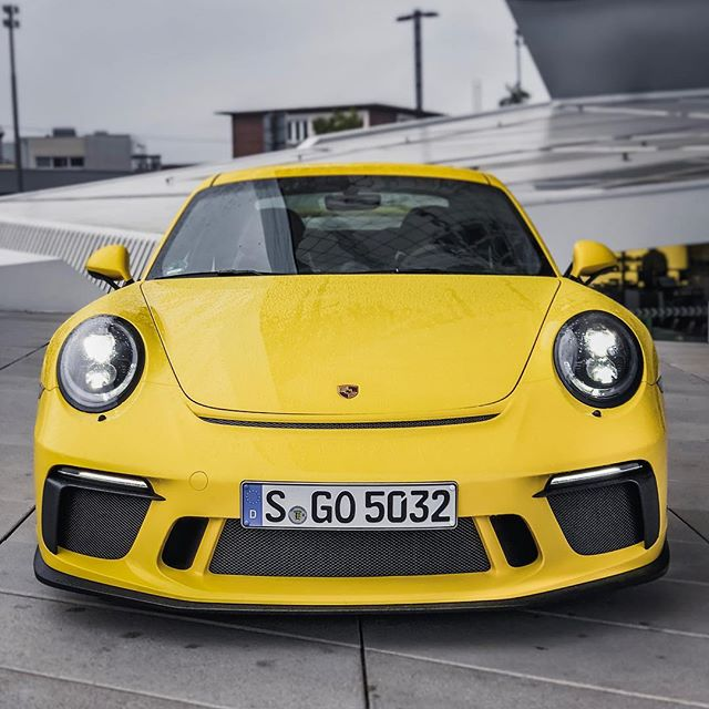 💛🖤Finally we got the GT3🙌😱…we are celebrating our community reach of 10k followers on Insta with this very very special vehicle😍 @porsche_newsroom #porsche #porsche911 #porsche911gt3 #911gt3 #991gt3 #porsche991gt3 #automanntv #yellow