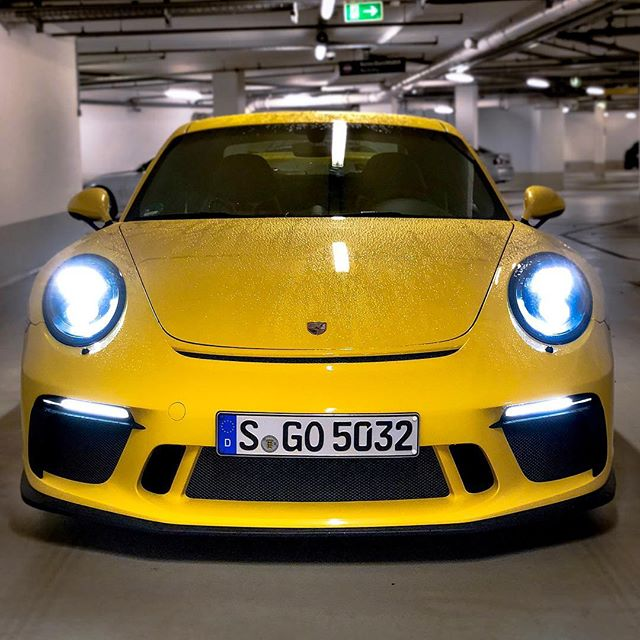 GT3 your LIFE☝️😜…after 800 km ins this epic vehicle I might say that it's my car of the year so far😍…I somehow like how a sports car is capable on one hand and very tangible on the other👌 You can stand there looking at it for hours🤩 @porsche_newsroom #porsche #porsche911 #porsche911gt3 #911gt3 #991gt3 #porsche991gt3 #automanntv #yellow