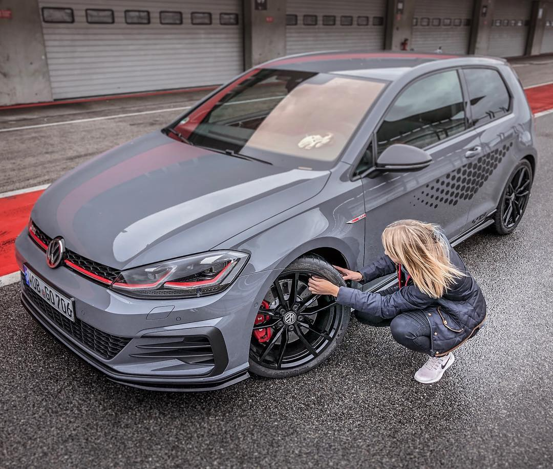Checking the tire pressure☝️🚗…besides testing the TCR is was nice to have some Motorsport talks with @jasminpreisig 🙏👍 @volkswagen_de @volkswagenmotorsport #volkswagen #golfgti #golfgtitcr #gti #gtitcr #golf7gti #gticlubsport #automanntv #jasminpreisig #girlsonly #gtigirl