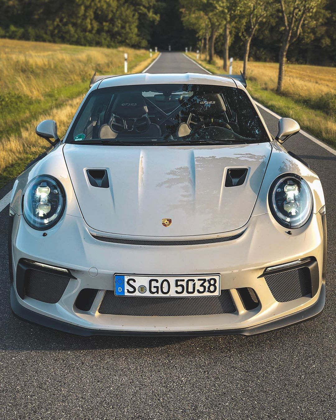 Epic GT3 RS evening drive🔥…which led to the most amazing pure SOUND video we have ever created💥😱…Link in Bio☝️ @porsche_newsroom #porsche #porschegt3rs #gt3rs #gt3rs40 #porschegt3 #gt3 #automanntv