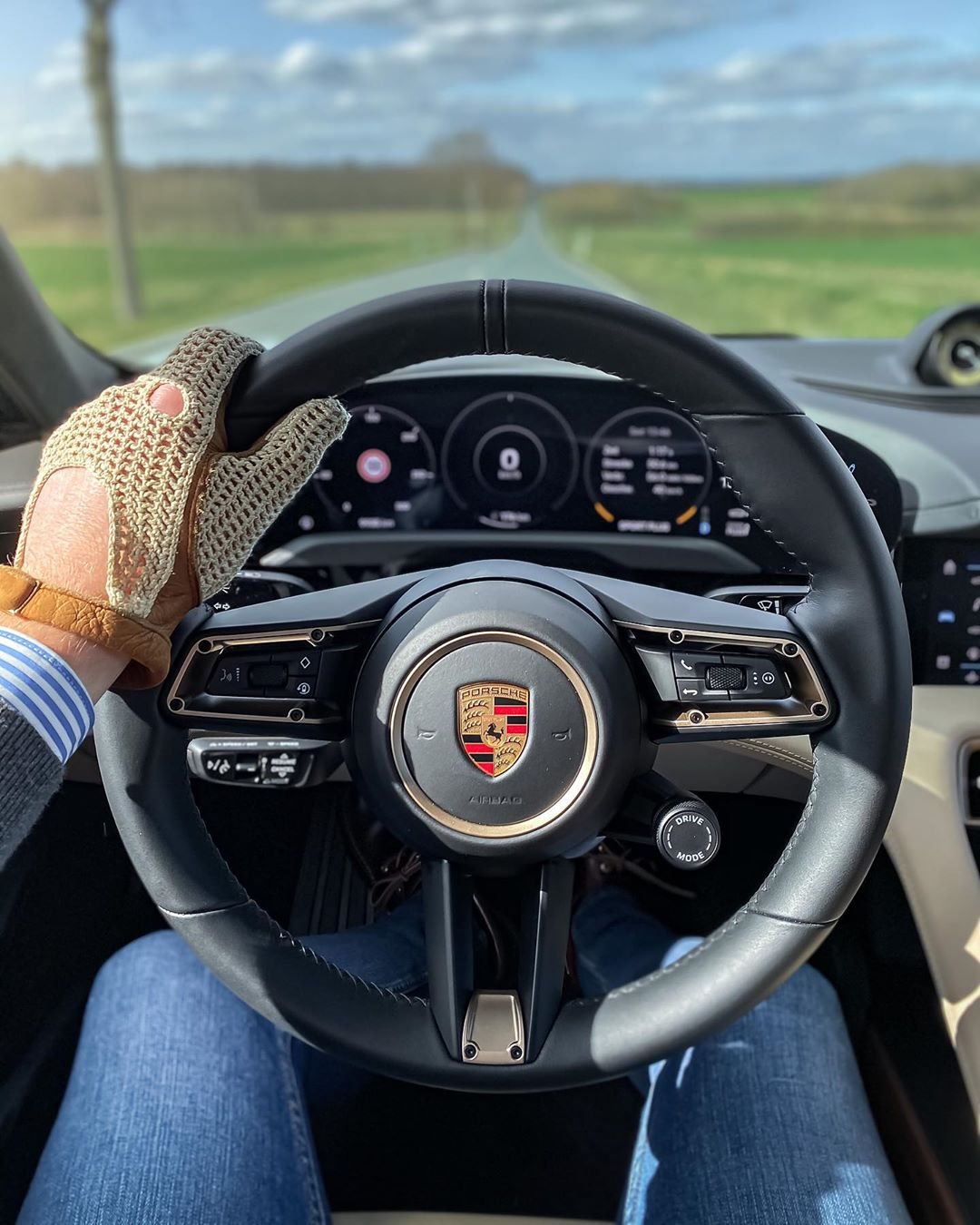 Yaasss😎☀️…weather has been a lot better today🙌…watch our first Taycan Turbo S stories & follow our Roadtrip north with charging the car🧐🙈 @porsche_newsroom @porsche #porsche #porschetaycan #porschetaycanturbo #porschetaycanturbos #taycan #taycanturbo #taycsnturbos #turbos #ev #eletriccar #electriccar #automanntv