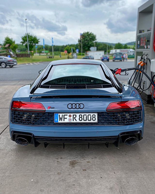 ⛽️😋Filling up the V10 with some fine Super Plus😃…heading to Stuttgart in order to get something very very powerful💣 #r8wrap #audiwrap #iphone11pro #audir8 #audisport #audir8facelift #audir8v10 #r8 #r8facelift #r8v10 #automanntv #automannsgarage