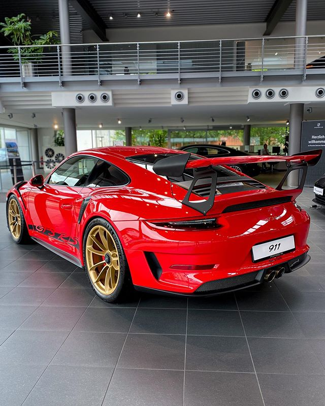 GT3 RS🔥😎…brutal spec! Immense eye-catcher & huge presence of this low-mileage GT3 RS in the showroom of @porsche_hannover 🙏…also checking out their current test cars, just seen something with the GTS badge outside😁…should we take a Panamera GTS for a ride? 😇#porsche #porsche911 #porsche911gt3 #porsche911gt3rs #gt3rs #gt3 #porschegt3rs #porschegt3 #automanntv #porschehannover #hannover